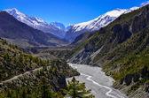 Valle del fiume di montagna himalaya con cime sullo sfondo — Foto Stock
