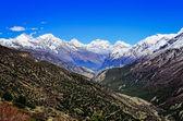Himálaj horských údolí pohled s bílé vrcholky hor — Stock fotografie