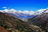 Himalaya mountain valleizicht met witte bergtoppen — Stockfoto