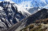 Skupina horských turistů backpacking v pohoří himaláje — Stock fotografie