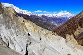 Randonneurs de montagne à pied dans les montagnes — Photo