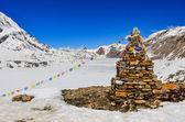 Himalaya gebergte bevroren meer en steen stop — Stockfoto