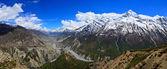 Panorama de vallée de rivière himalaya montagnes dans la gamme de l'annapurna — Photo