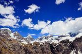 Montagnes de l'himalaya vont de sommets enneigés et les nuages — Photo