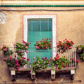 七彩花朵的美丽复古阳台门 — 图库照片