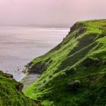 Ocean coastline with green cliffs in Scottish highlands — Stock Photo #31646423
