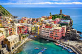 Scenic view of ocean and harbor in colorful village Vernazza, Ci — Stock Photo