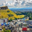 Edinburgh citiscape view with houses and Salisbury crags, Scotla — Stock Photo