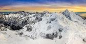 カラフルな夕日冬の山々 のパノラマ ビュー — ストック写真