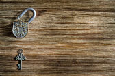 Open vintage padlock and old key on a wooden table — Foto Stock