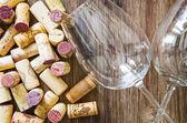 Detalle de copas y corchos en mesa de madera — Foto de Stock