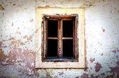 Alte beschädigte Fenster auf strukturierte Wand — Stockfoto