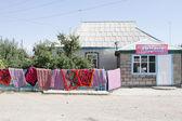 Dywany suszone na płot — Zdjęcie stockowe