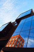 Reflejo de la antigua casa de cristal del edificio nuevo — Foto de Stock