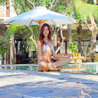 Yoga woman at tropical resort — Stock Photo