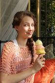 Tiener eten een ijsje — Stockfoto