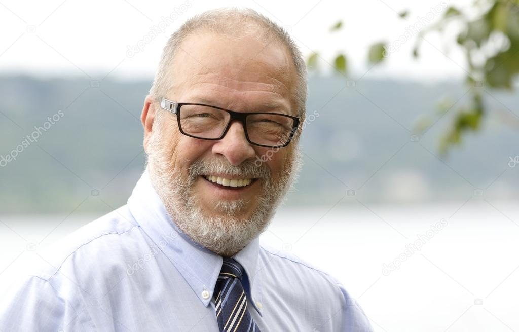 高级商务男人灰色胡子和眼镜微笑 — 照片作者 pinkcandy