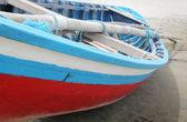 Colorido barco en la playa — Foto de Stock