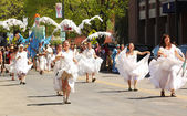 Dancers at cinqo de mayo parade — Stock Photo