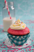 Pink cupcake and milk — Stock Photo