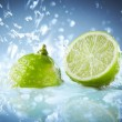 Fresh lime dropped into water — ストック写真