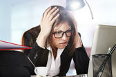 Bilgisayar başında çalışırken genç iş kadını stresli arıyor — Stok fotoğraf