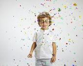Linda criança com óculos de aros e confetes — Foto Stock