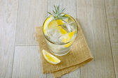 Glass of gin and tonic with ice and lemon — Stock Photo