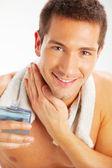 Jovem, aplicando após barba — Foto Stock