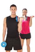 Jonge man en vrouw gewichten op te heffen. geïsoleerd op wit — Stockfoto