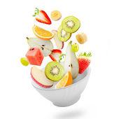 Ljus sallad med flygande färsk frukt — Stockfoto