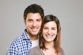Retrato de um belo jovem casal feliz sorridente — Foto Stock