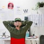 Молодой творческий дизайнер человек работает в офисе — Стоковое фото