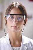 Porträtt av vetenskapliga kvinna med glasögon. — Stockfoto
