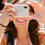 bellissima giovane donna, scattare foto con il cellulare — Foto Stock