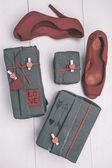 Alla hjärtans presenter låda med hipster ornament och röda högklackade skor. — Stockfoto