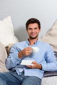 Joven disfrutando de un coffeebreak — Foto de Stock