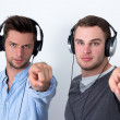 Two friends listening to music — Stockfoto