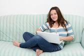 Adolescente utilizzando un computer portatile — Foto Stock