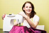 брюнетка женщина шитья — Стоковое фото