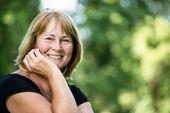 Smiling mature woman outdoor portrait — Stock Photo