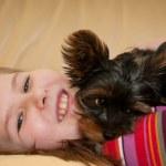 köpekle oynayan çocuk portresi — Stok fotoğraf #18188709