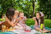 пикник - мать с детьми — Стоковое фото
