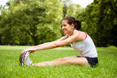 Dehnübung - frau sport im freien — Stockfoto