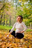 Sonbahar ruh - hamile kadın açık — Stok fotoğraf