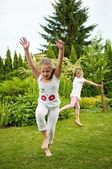 Children doing cartwheels in backyard — Stockfoto