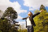 Femme aime la vie en plein air — Photo