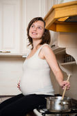Pregnant woman cooking — ストック写真