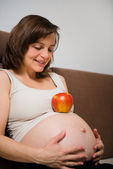 Pregnant woman and apple — ストック写真