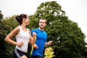 Runnen samen - jonge paar joggen — Stockfoto